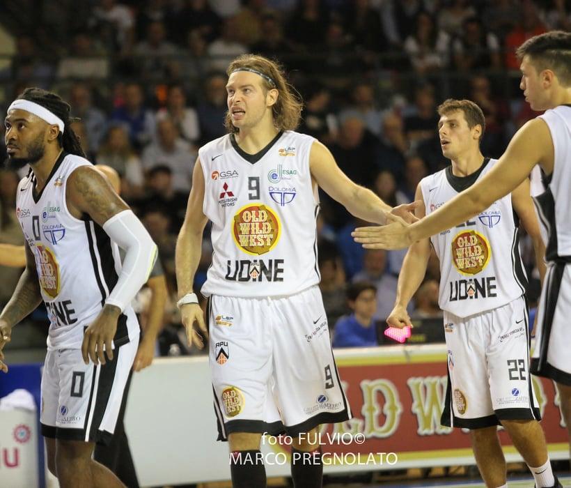 """Ospite a """"Chi Ben Comincia"""" il cestista Michele Antonutti, che recentemente ha prolungato il contratto per altre due stagioni, quindi fino al 2022, con opzione per una terza"""", con la squadra APU Udine."""