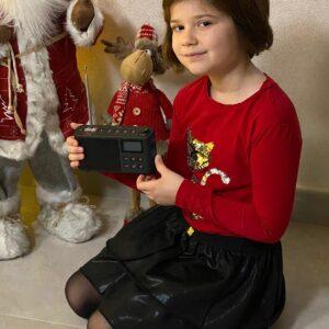 La piccola Giorgia ci ha comunicato con questa dolcissima immagine che le è arrivata la radiolina digitale firmata #RadioGioconda, in palio nell'ambito del contest fotografico #NataleConRadioGioconda. Il concorso, tra novembre e dicembre scorsi, ha invitato gli ascoltatori a inviare un selfie accanto al loro addobbo natalizio per tentare di vincere il gadget più ambito della nostra emittente A collezionare più like sulla nostra pagina Facebook è stato Gino Paolin che ha deciso di donare il premio alla concorrente più giovane del contest, ovvero Giorgia. Grazie a tutti coloro che hanno partecipato al concorso che riproporremo con un'altra veste nei prossimi mesi.