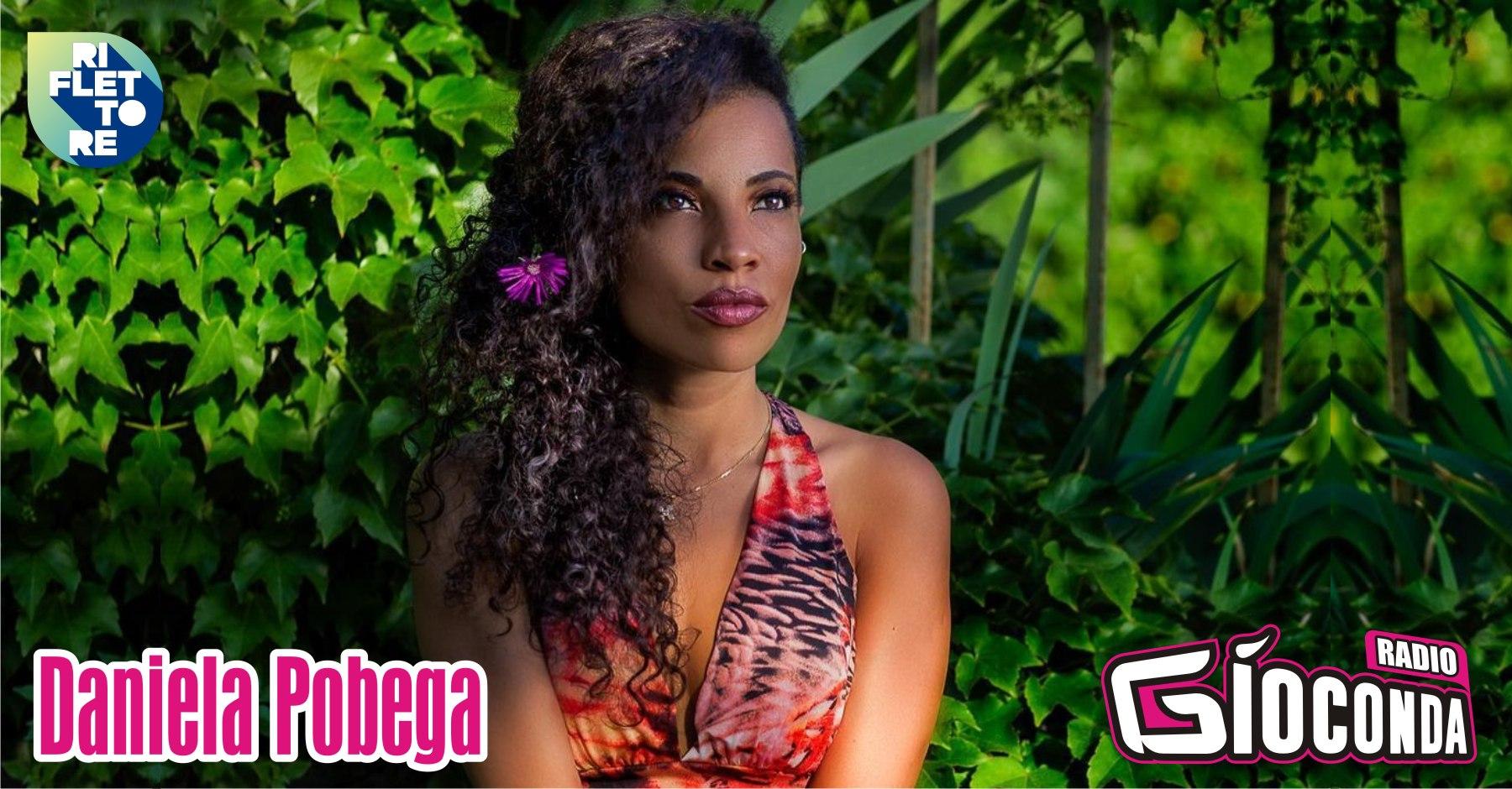 """Daniela Pobega, artista di fama internazionale, è la protagonista della puntata di venerdì 9 luglio di """"Riflettore"""". Nata in Brasile, ma triestina di adozione, si è cimentata in differenti generi musicali, iniziando dal musical come Fata Turchina nel """"Pinocchio"""" dei Pooh, dando vita alla prima Nala spagnola nel musical Disney """"El Rey León"""", fino al jazz, al gospel, al pop rock. Come attrice ha preso parte alla fiction """"Volevo fare la rockstar"""", in onda su Rai 2, nel ruolo di Aisha. Come vocal coach ha anche lavorato alla prima puntata di """"Sanremo Young 2019"""". Nel 2020, in Spagna, ha partecipato a """"La Voz"""" (The Voice), nel team di Pablo López. Daniela Pobegaha da poco pubblicato il suo primo singolo dal titolo """"JOGA"""", realizzato in collaborazione con Mr. André Cruz, Tiago Da Silva e Rafael Valle. La cantante e performer è uno degli ospiti d'onore di """"Perlage"""", la rassegna dedicata alle bollicine in programma venerdì 9 luglio nella suggestiva cornice del Castello di Udine con inizio alle 19.00. Radio Gioconda è la radio ufficiale dell'evento. ▶️ #Riflettore è possibile seguirlo ogni venerdì alle 14.30 e in replica alle 20.30 in #fm (98.5 MHz Udine – 98.3 MHz Pordenone – 105.9 MHz Gorizia -107.3 MHz Trieste – 104.8 MHz Tolmezzo – 106.9 Gemona) e anche atraverso lo streaming disponibile sul sito www.radiogioconda.it e sull'APP """"Radio Gioconda"""". La trasmissione è a cura di Linda Fiore."""